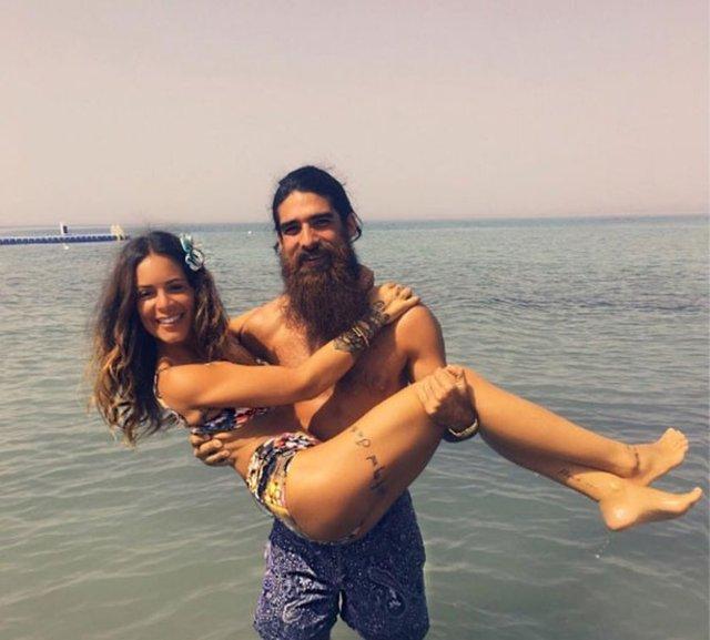 Şarkıcı Murat Boz ile uzun süre aşk yaşayan ve geçtiğimiz yıllarda yollarını ayıran Eliz Sakuçoğlu 1.5 yıldır tasarımcı Beran Benan ile aşk yaşıyor.