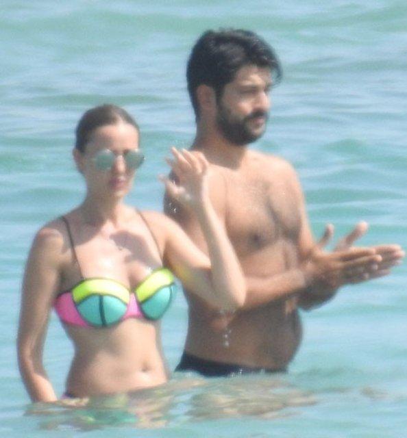 Alaçatı'ya geldikleri günün ertesinde ilk olarak baş başa kahvaltı yapan çift, ardından bir beache geçti.