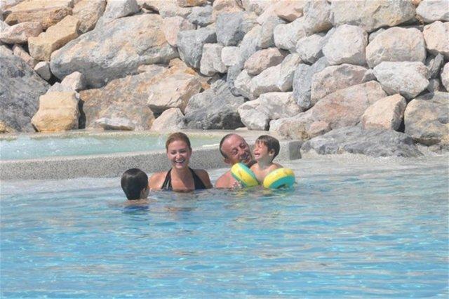 Ali Ağaoğlu'nun havuz keyfi