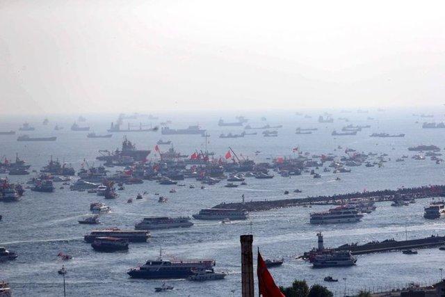 """Cumhurbaşkanlığı himayesinde, İstanbul Valiliği ve Büyükşehir Belediyesi desteğiyle düzenlenen """"Demokrasi ve Şehitler Mitingi"""", Yenikapı Miting Alanı'nda gerçekleştirildi. Kimi vatandaşlar miting alanına vapurlar ve teknelerle geldiler."""