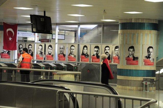 Demokrasi Şehitleri'nin fotoğrafları metro ve Marmaray'da