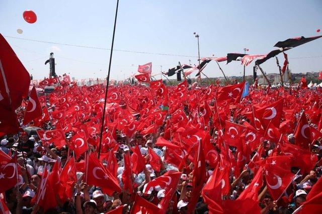 Türkiye, bugün tarihin en büyük mitinglerinden birine tanıklık ediyor. Tüm siyasi partilerin, STK'ların ve iş dünyasının hazır bulunacağı Yenikapı'daki mitinge sanat dünyasından da bine yakın katılım gerçekleşecek.