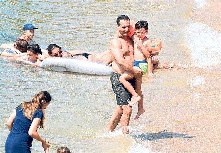 <p>Kızlarıyla denize giren, oğlu Edvan'ı kucağından indirmeyen şarkıcının yüzü gülüyordu. <br /><br /><br /></p>