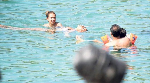 Şarkıcı Rafet El Roman, Tuğba Altıntop'tan olan kızları Su, Şevval ve Yeşim Eryıldırım'dan dünyaya gelen oğlu Edvan'la önceki gün Bodrum'a geldi.  Roman ailesi, öğle saatlerinde plaja indi.