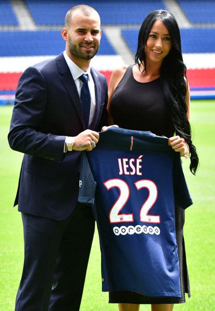 Paris'te düzenlenen görkemli törenle PSG'ye 5 yıllık imza atan Jese Rodriguez'in Paris'e birlikte geldiği manken sevgilisi Aurah Ruiz yeni transferden daha çok ilgi gördü.