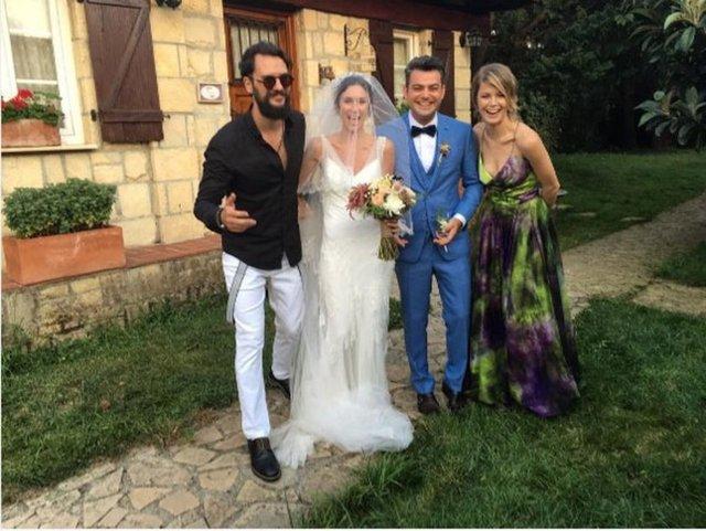 Burcu Biricik - Emre Yetkin ikilisi balayına kendilerinden 1 hafta sonra nikah masasına oturan Murat Eken - Gizem Önen çifti ile birlikte çıktı.