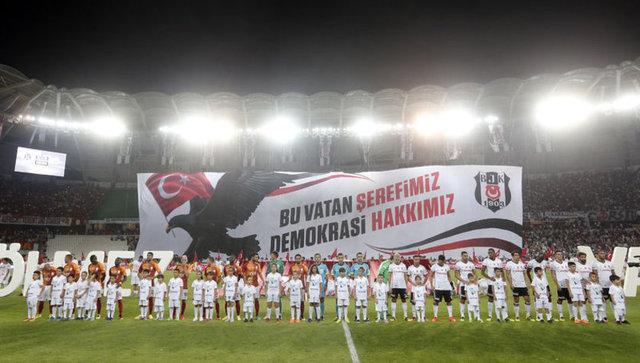 Torku Arena'da Beşiktaş ve Galatasaray arasındaki Süper Kupa finalinden önce, FETÖ terör örgütünün hain saldırısı sonucunda 15 Temmuz'da hayatını kaybeden demokrasi şehitleri unutulmadı.