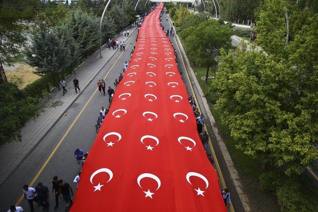 AK Parti'nin 15. kuruluş yıl dönümü nedeniyle Beştepe'de, Cumhurbaşkanlığı Külliyesi çevresinde toplanarak yürüyüşe başlayan vatandaşlar, 4 metre eninde 1 kilometre uzunluğunda dev Türk Bayrağı taşıdı.