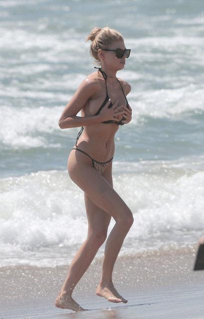 Charlotte McKinney halk plajında