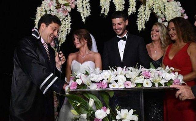 """Son olarak Show TV ekranlarında yayınlanan """"İlişki Durumu Karışık"""" dizisinde başrol oynayan Berk Oktay, 5 yıldır birlikte olduğu sevgilisi Merve Şarapçıoğlu ile dün akşam nikah masasına oturdu."""
