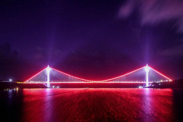 İstanbul Boğazı'na inşa edilen dünyanın en geniş köprüsü Yavuz Sultan Selim Köprüsü ile Kuzey Çevre Otoyolu hizmete açıldı.