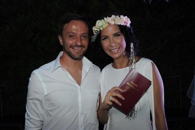 Çıktıkları Bodrum tatilinde evlilik kararı alan Tuğba Özerk ve menajeri Altan Nuh, bir hafta içinde nikah masasına oturdu.