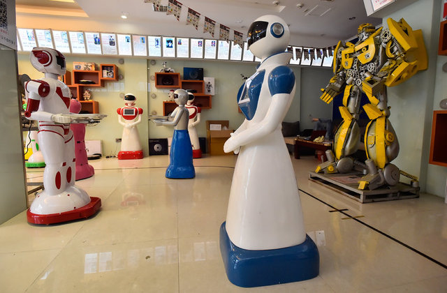 Çin'deki bu mağazada servis yapabilen robotların yanı sıra eğlence ve oyun amaçlı robotlar da satılıyor.