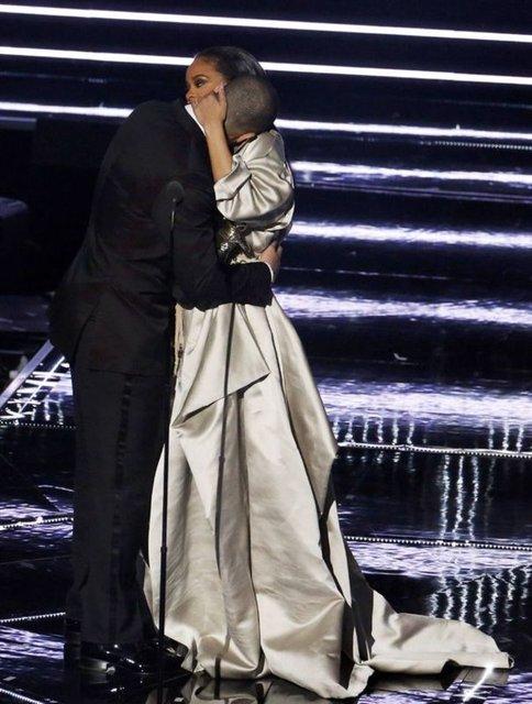 Haklarında aşk dedikodusu yapılan ama henüz resmi olarak ilişkilerini onaylamayan ünlü popçu Rihanna ve rap şarkıcısı Drake MTV Video Müzik Ödülleri gecesinin ardından akşam yemeğinde buluştu.