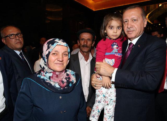 Cumhurbaşkanı Erdoğan'ın şehit aileleri ve gazileri ağırladığı Cumhurbaşkanlığı Külliyesi'ndeki akşam yemeğinde duygusal anlar yaşandı.