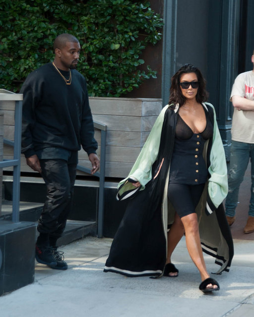 İkinci bebeğini dünyaya getirdikten sonra hamilelik kilolarıyla çok mücadele eden Kim Kardashian sonuçtan memnun olsa gerek eskisinden daha iddialı giyinmeye başladı.