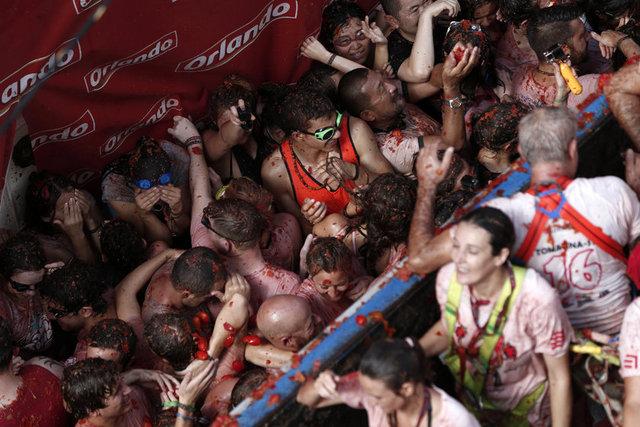 """İspanya'nın doğusundaki Valencia kentinin Bunol ilçesinde bu yıl 71'incisi düzenlenen """"La Tomatina"""" adlı festivalde 160 ton domates kullanıldı."""