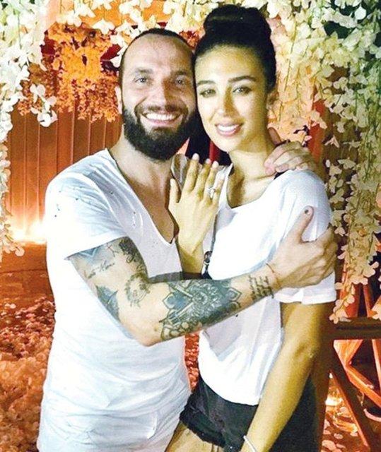 Ünlü şarkıcı Berkay uzun süredir birlikte olduğu manken Özlem Katipoğlu ile evlendi.
