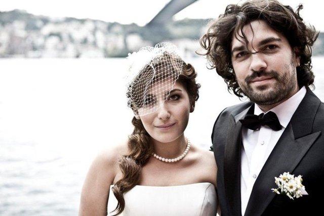 Altı yıllık mimar eşi Emre İzer'le boşanma kararı aldığı iddia edilen ancak daha sonra mutluluk pozları veren Şebnem Bozoklu, önceki gece Bodrum'da genç bir erkekle objektiflere yansıdı.