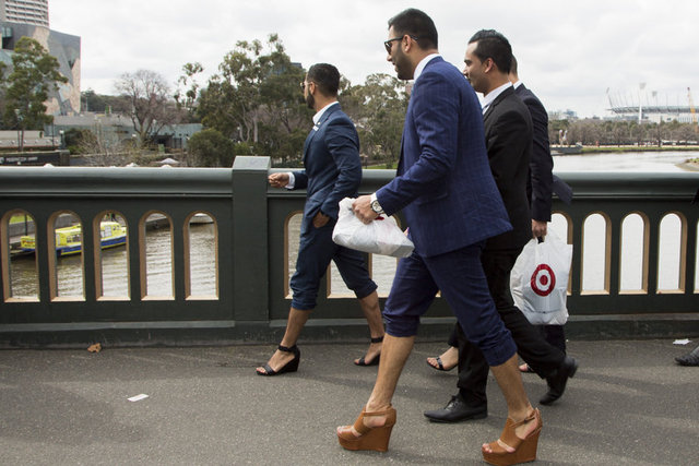 """""""Kadına Şiddet"""" konusuna dikkat çekmek isteyen erkek katılımcılar, tepkilerini topuklu ayakkabı giyerek gösterdi."""