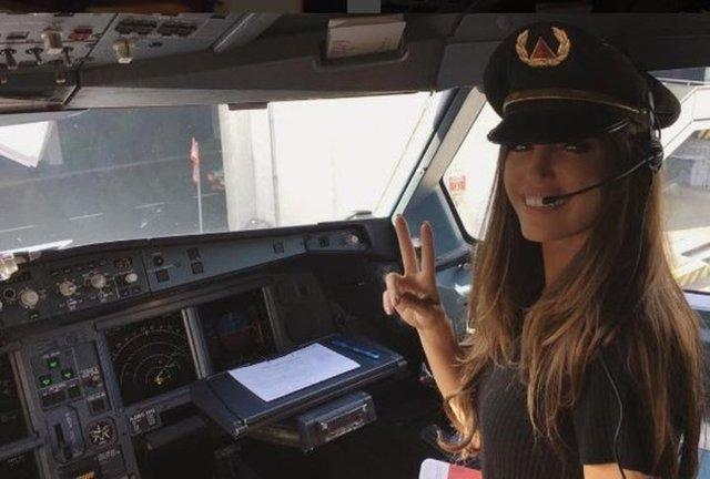Sosyal medyada sık sık pilot kabininden çekilen görüntülerini paylaşan Yağmur Sarıoğlu'na özenen Sneijder'ın eşi Yolanthe Cabau, pilotlarla birlikte yer aldığı kabinde çektiği görüntüleri sosyal medyada yayınladı.