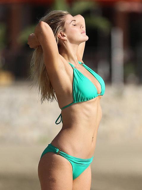 Güzel sunucu ve model Ashley James Catches ibiza sahillerinde görüntülendi.