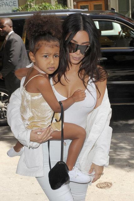 Televizyon yıldızı Kim Kardashian'ın üç yaşındaki kızı North West, kolundaki çantayla dikkat çekti.