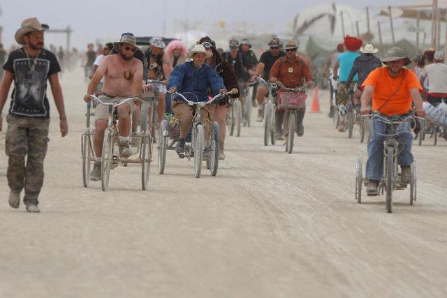 Katılımcıların kostümleriyle şov yaptığı festivalde Eliz Sakuçoğlu, Ayşe Hatun Önal, Oğulcan Engin gibi yerli ünlülerin yanı sıra Paris Hilton, Cara Delevingne, Katy Perry gibi yabancı ünlüler de yer aldı. İşte Burning Man'den renkli görüntüler...