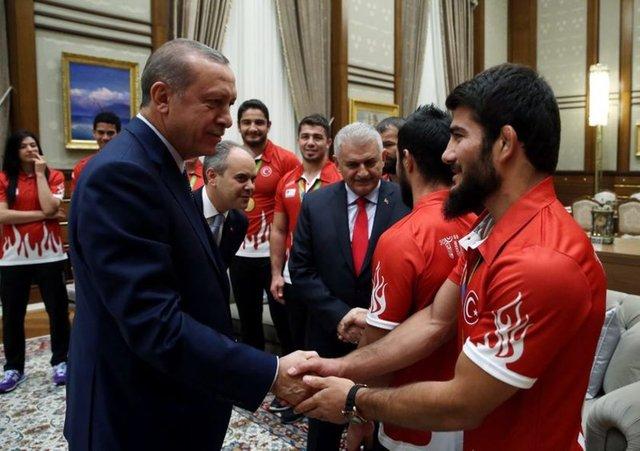 Cumhurbaşkanı Recep Tayyip Erdoğan'ın, Cumhurbaşkanlığı Külliyesi'nde basına kapalı gerçekleşen kabulünde Başbakan Binali Yıldırım, Gençlik ve Spor Bakanı Akif Çağatay Kılıç ile Cumhurbaşkanı Başdanışmanları Hidayet Türkoğlu ve Hamza Yerlikaya da hazır bulundu.