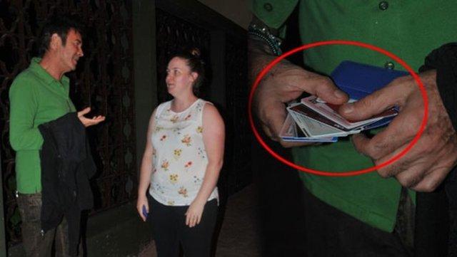 """Önceki akşam eşi Sibel Karakaşlı ile Cihangir'deki evinin önünde beklerken görüntülenen modacı, """"Sabah eşimle kahvaltıya gitmiştik. Mekândan çıkıp eve doğru yürürken yolda bir cüzdan bulduk. İçinde bin Euro ve bin dolar para ile kredi kartları vardı. Cüzdanın bir turiste ait olduğunu anladık"""" dedi."""