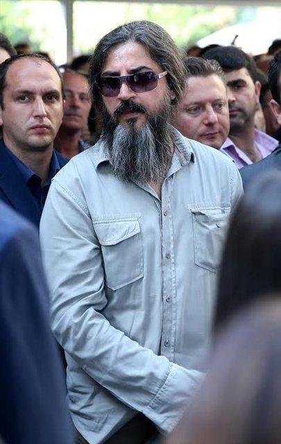 Son olarak uzun saç ve sakalları ile gündeme gelen 90'lı yılların unutulmaz isimlerinden Çelik Erişçi ikinci kez çıplak poz verdi.
