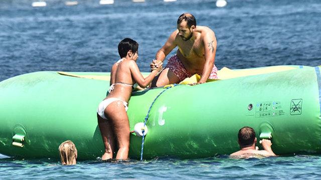 Yaz sezonunun sonunun gelmesiyle tatil bölgelerinin boşalmasını fırsat bilen Ümit Erdim-Seda Çelik çifti, hem eğlenmek hem de dinlenmek için tatile başladı.