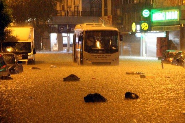 Zonguldak il merkezi ve Kozlu ilçesinde şiddetli yağış nedeniyle bazı iş yerlerini su bastı, yollarda biriken taş ve çamur nedeniyle sürücüler araçlarıyla ilerlemekte güçlük çekti.