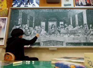 Kara tahtaya sanatsal çizimler