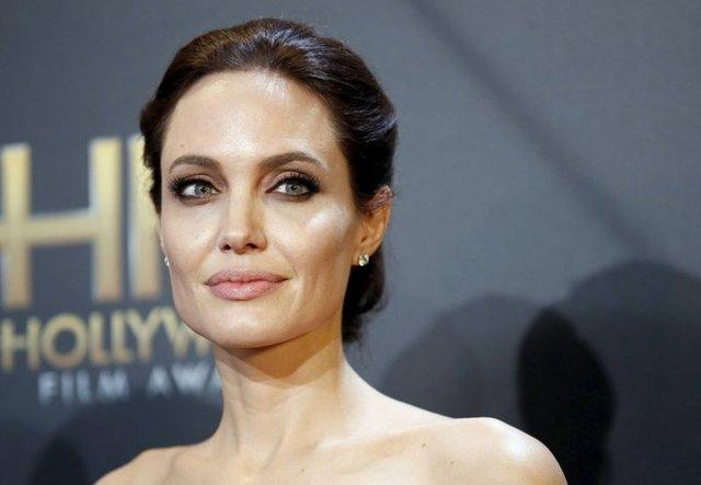Hollywood'un gözde çiftlerinden Angelina Jolie ve Brad Pitt'in ayrılık kararının ardından, Rus yazar Valeriy Zelenogorski Facebook hesabından 41 yaşındaki ünlü aktrise açık mektup yazarak evlilik teklif etti.