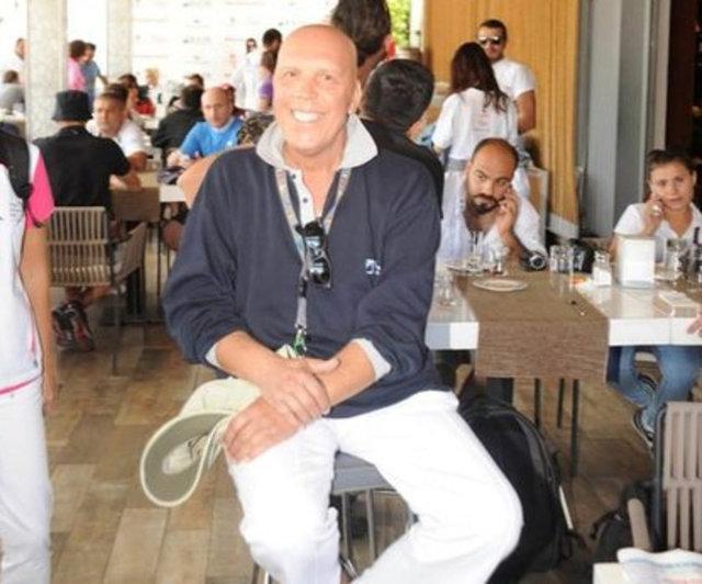 """Yakalandığı lenfoma kanseri nedeniyle kemoterapi gören Fatih Erkoç, dökülen saçlarını gösterip """"Çalışarak bu illeti yeneceğim!"""" dedi."""