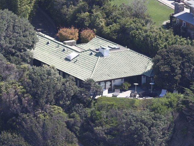 Angelina Jolie, Brad Pitt'le boşanma sürecinde altı çocuğuyla birlikte konaklamak üzere Malibu'da aylığı 95 bin dolara (275 bin TL) villa kiraladı.