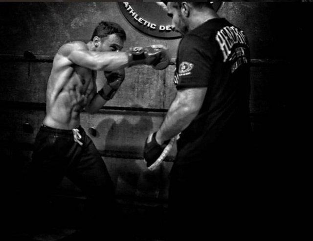 Yeni projesinde bir boksörü canlandıracak olan Kerem Bürsin spor salonundan çıkmıyor.