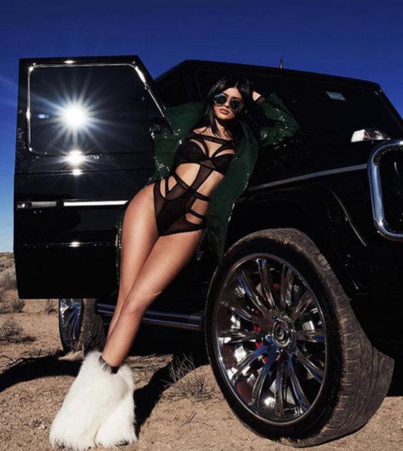 """ABD'de 2007'den beri yayınlanan """"Keeping Up with the Kardashians"""" TV programıyla özel hayatlarının her detayını milyonlarla paylaşan Kardashian/Jenner ailesi için savaş çanları çalıyor."""