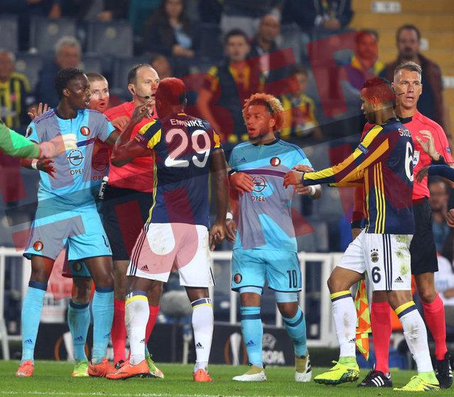 Kadıköy'de oynanan Fenerbahçe-Feyenoord maçının ilk yarısına konuk takımın sert futbolu damga vurdu.