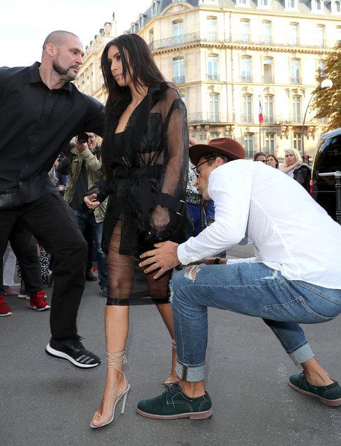 Ünlülere karşı sergilediği tacizkar tavırlarıyla tanınan Ukraynalı gazeteci Vitalii Sediuk, geçen hafta Gigi Hadid'e belinden sarılarak olay çıkarmıştı. Bu kez de Kim Kardashian'ın kalçasını öpmeye çalışınca güvenlik görevlileri tarafından yaka paça yere serildi.