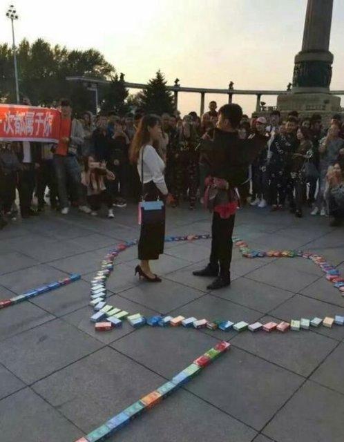 Çinli bir adam, rüyalarının kadınına ilginç bir şekilde evlilik teklifi yaptı.
