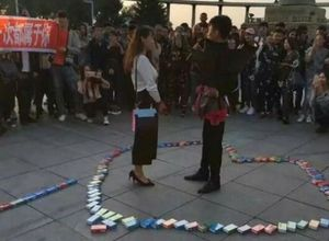999 kutu prezervatifle evlilik teklifi!