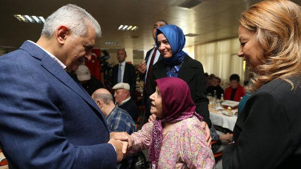 Binali Yıldırım, huzurevinde kalan yaşlıları ziyaret etti