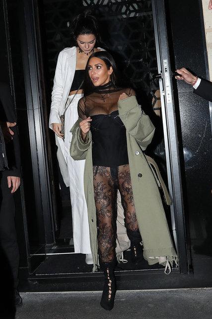Uluslararası ajansların aktardığı haberlere göre, Kim Kardashian'ın sözcüsü Ina Treciokas, kendilerini polis memuru gibi gösteren iki maskeli ve silahlı kişinin dün akşam ünlü ismin kaldığı odaya girdiğini söyledi.