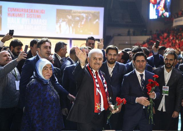 Başbakan Binalı Yıldırım partililere karanfil dağıttı