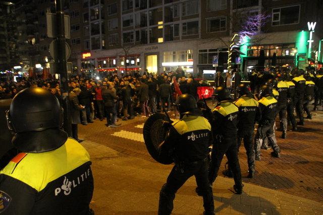 Türkiye'nin Rotterdam Başkonsolosluğu önünde toplanan binlerce kişiye atlı polisler ve köpekler ile müdahale eden Hollanda polisi, en az 7 kişinin yaralanmasına neden oldu. 12 kişi de gözaltına alındı.