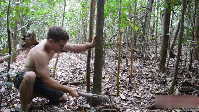Primitive Technology isimli youtube kanalında doğada bulduklarıyla araç gereç yapan yetenekli adam önce çamurdan tuğla yaptı.