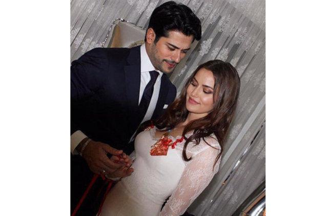 Haziranda 'Evet' diyecekler Mutlu bir birliktelikleri olan Fahriye Evcen ve Burak Özçivit, ilişkilerini evlilikle taçlandırmaya hazırlanıyor.
