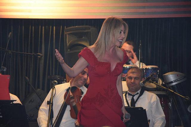 Ataköy'de bir mekanda sahne alan Linet, derin göğüs dekolteli elbisesiyle tüm bakışları üzerinde topladı.
